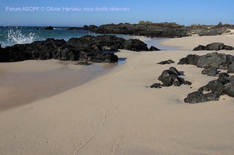 Plage de sable immaculée et basalte.